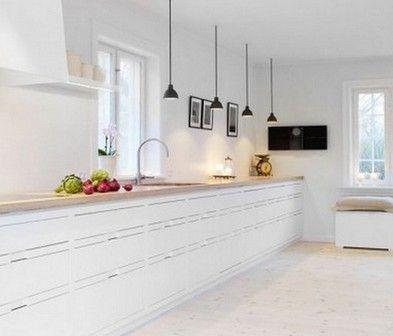 В кухонной зоне можно установить яркие светодиодные лампы над столом