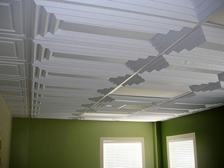 Разбираемся как клеить пенопластовую плитку на потолок