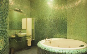 Дизайн бежевой ванной с мятными акцентами