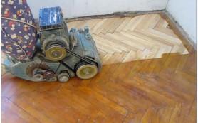 Циклевка нового и старого паркета без пыли вручную или с помощью специальных машин: основные этапы и специфика работ