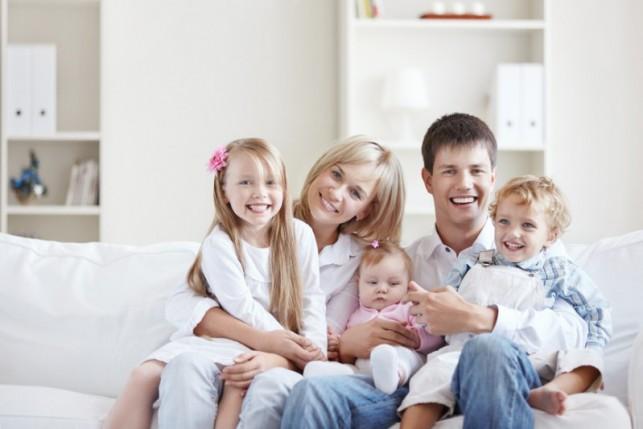 Российским семьям с тремя детьми предложили выдавать квартиры бесплатно
