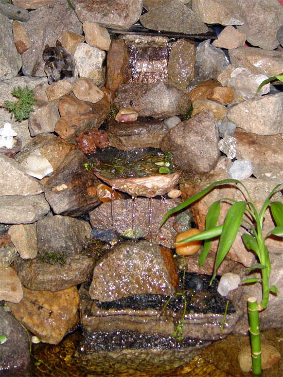 Водопад по камню в интерьере
