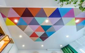 Нестандартный подход: цветной потолок в интерьере