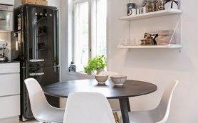 Черный холодильник в интерьере кухни