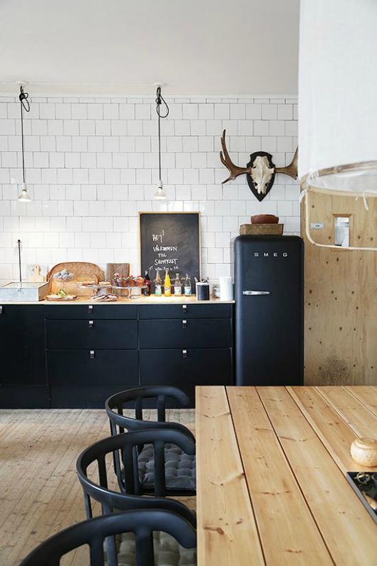 Больше черного: смелое цветовое оформление кухонного интерьера
