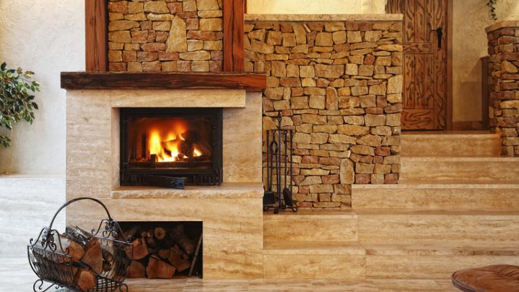 Дровяной камин в доме – архаичность или модный предмет интерьера?