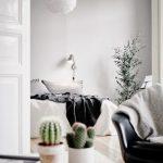 Интересное решение: интерьер спальни без настенного декора