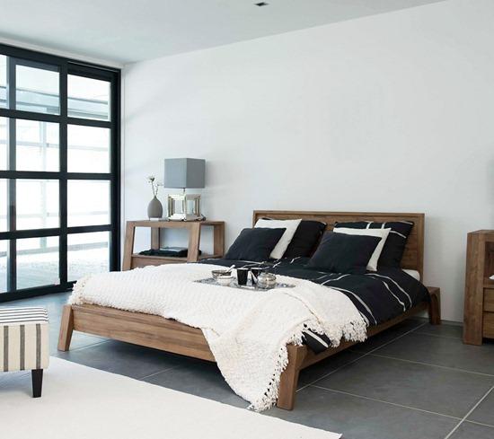 Спальня с пустыми стенами