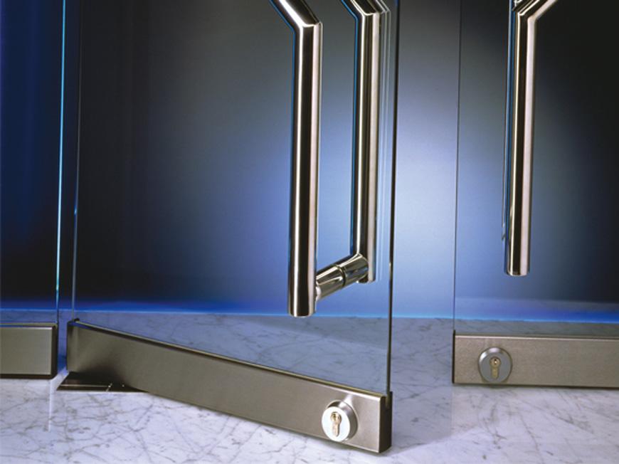Стеклянные маятниковые двери в интерьере — просто и изящно
