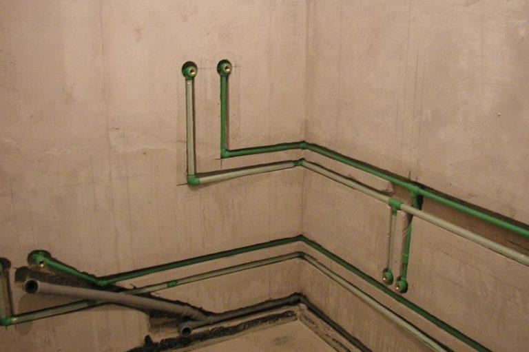 Как спрятать в стену водопроводную трубу?