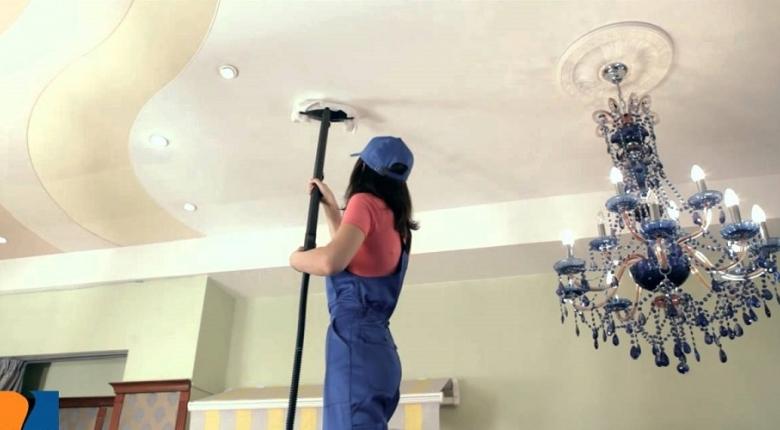 Как правильно помыть натяжной потолок?