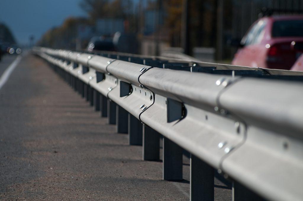 Дорожное ограждение из металлоконструкций