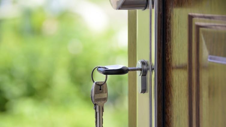 Как решить проблему с дверным замком и кого позвать на помощь?