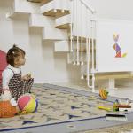 Безопасность в доме: как выбрать и установить защиту на лестницу от детей