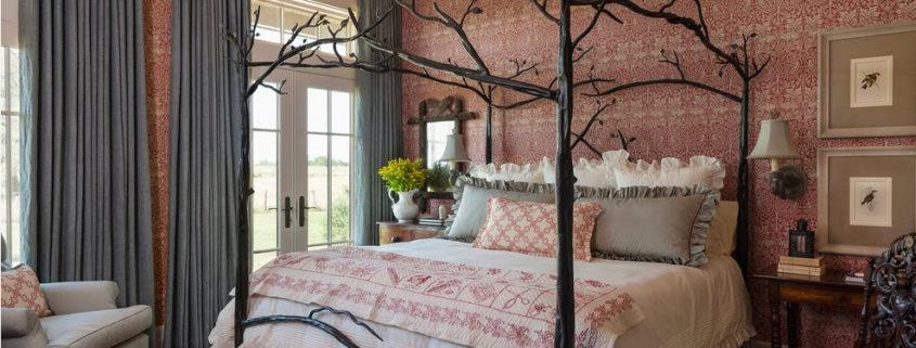 Кованая кровать в интерьере современной спальни