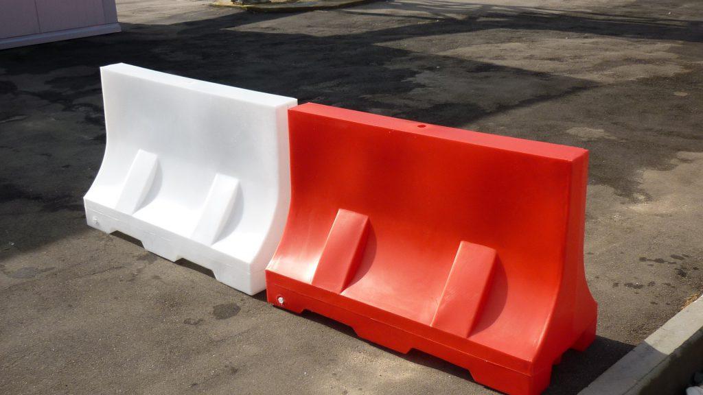 Дорожные барьеры: от столбика до «лежачего полицейского»