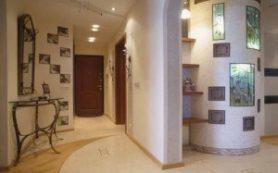 Дизайн стен в гостиной: от флизелиновых обоев до натурального дерева