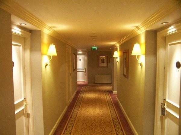Как подобрать обои для коридора