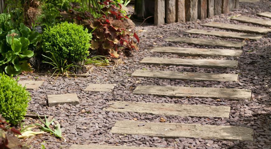 Садовая дорожка из дерева и гравия