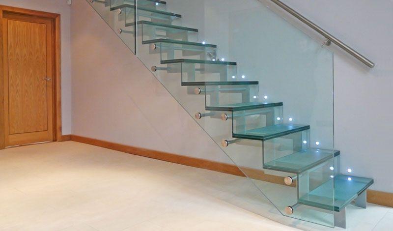 Преимущества лестницы из стекла