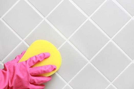 Как быстро почистить швы между плиткой?