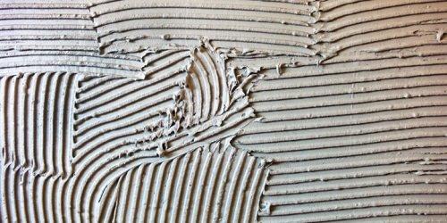 Как правильно класть керамическую плитку на стену?