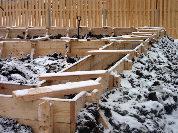Строительство фундамента зимой: целесообразность и особенности