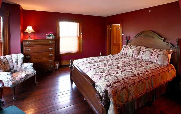 Выразительный интерьер бордовой спальни