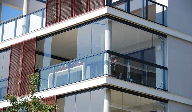 Что такое безрамное остекления балконов и террас: преимущества технологии