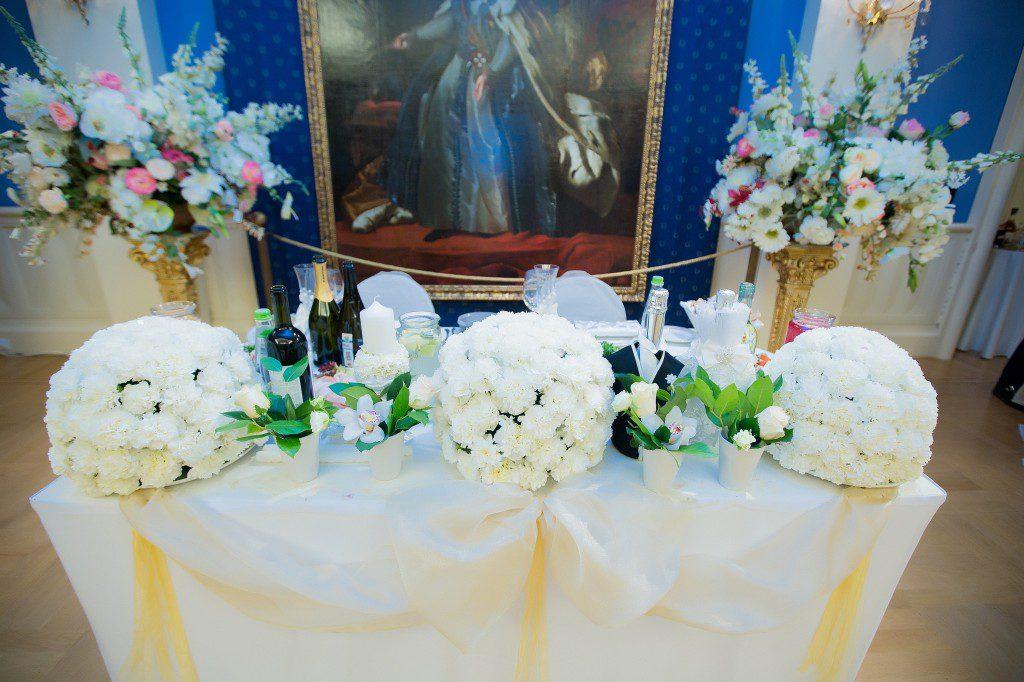 Выбор композиции на стол президиум: правила оформления и варианты декора