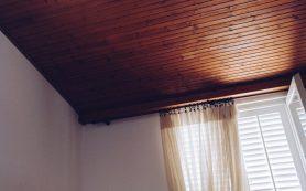 Деревянный потолок в интерьере квартиры