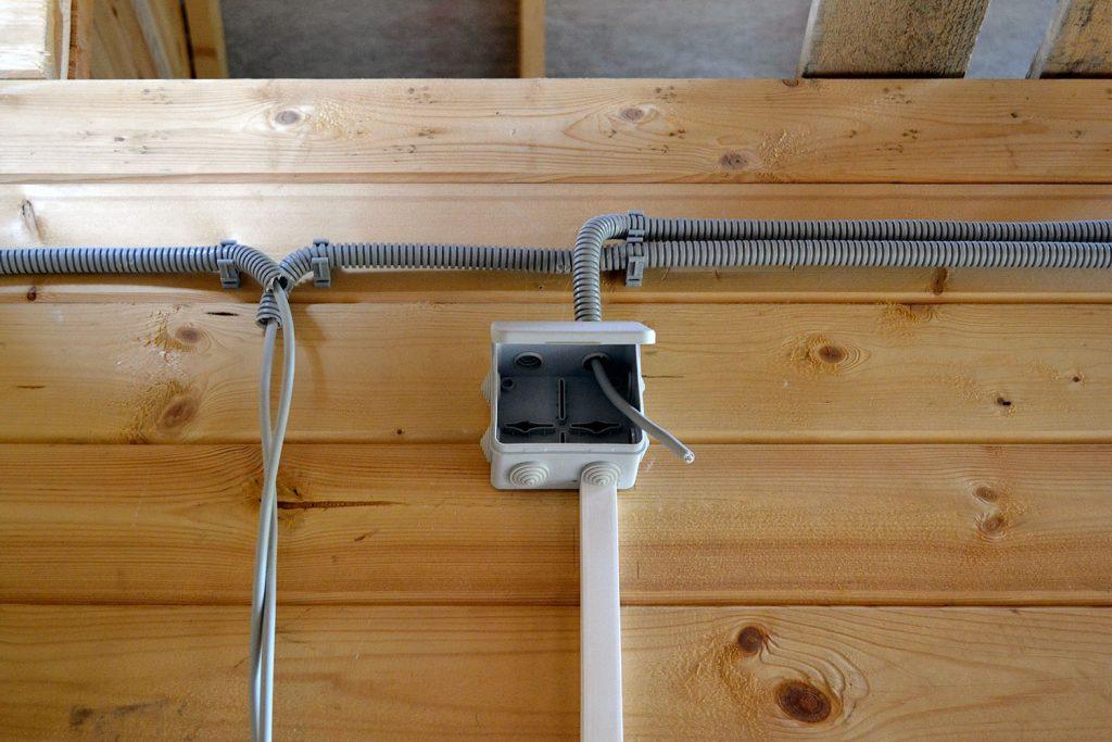 Электропроводка в деревянном доме: несколько правил как обезопасить свое жилище
