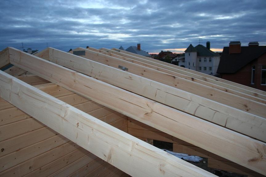 Обрешетка крыши деревянного дома из клееного бруса
