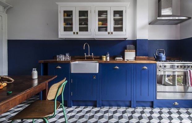 Как небанально оформить синюю кухню: пример из Лондона
