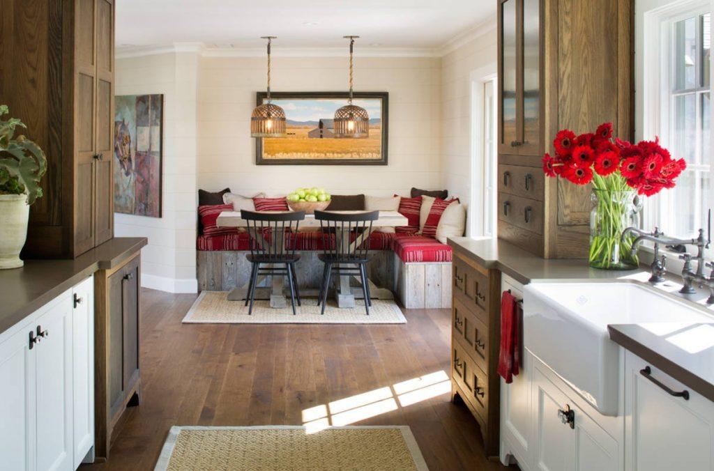 Интерьер уютного очага или кухня с диваном